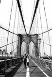 Povos que andam sobre a ponte de Brooklyn foto de stock