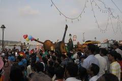 Povos que apreciam no carnaval em Goa, Índia imagens de stock