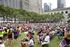 Povos que apreciam o concerto no parque Fotografia de Stock Royalty Free