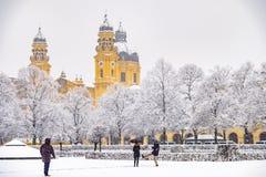 Povos que apreciam o Odeonsplatz em Munich, Alemanha, durante a tempestade da neve fotografia de stock royalty free