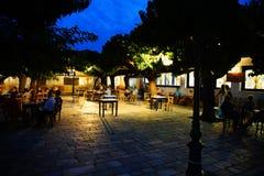 Povos que apreciam o taverna na noite em Skopelos imagem de stock royalty free