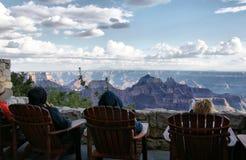 Povos que apreciam a opinião de Grand Canyon Imagens de Stock
