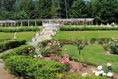 Povos que apreciam os jardins em jardins de Yaddo, Saratoga Springs, New York, em junho de 2013 Fotografia de Stock