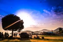 Povos que apreciam a praia de Belcekiz em Oludeniz no por do sol foto de stock