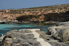 Povos que apreciam-se na lagoa azul bonita em Malta imagem de stock royalty free