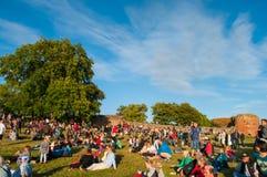 Povos que apreciam um concerto e uma fogueira em ruínas do castelo de Vordingborg Foto de Stock
