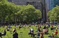 Povos que apreciam um dia agradável em Bryant Park Foto de Stock