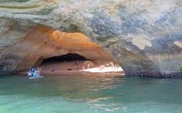 Povos que apreciam uma praia abaixo dos penhascos perto de Carvoeiro em Portugal Foto de Stock