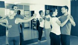 Povos que aprendem dançar a valsa foto de stock royalty free