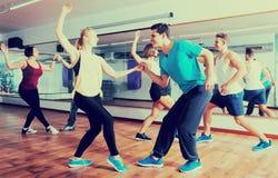 Povos que aprendem o balanço na classe de dança fotos de stock