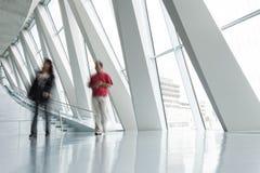 Povos que apressam-se através do corredor, borrão de movimento Fotografia de Stock Royalty Free