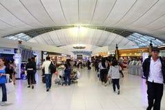 Povos que apressam-se com a área de compra no aeroporto internacional de Banguecoque Fotos de Stock Royalty Free