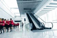 Povos que apressam-se na escada rolante Fotos de Stock Royalty Free