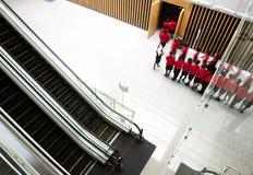 Povos que apressam-se na escada rolante Fotos de Stock