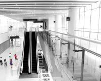 Povos que apressam-se na escada rolante Foto de Stock Royalty Free