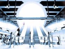 Povos que apressam-se na escada rolante Imagens de Stock