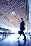 Povos que apressam-se no aeroporto Imagens de Stock