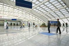 Povos que apressam-se no aeroporto Fotos de Stock Royalty Free