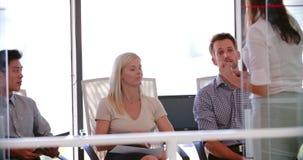 Povos que assistem à reunião de negócios no escritório de plano aberto moderno vídeos de arquivo