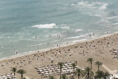 Povos que banham-se na praia de Postiguet em Alicante Fotografia de Stock