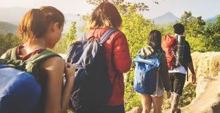 Povos que caminham o conceito da aventura da montanha foto de stock