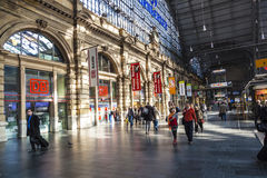Povos que chegam ou que partem no estação de caminhos-de-ferro do cano principal de Francoforte Foto de Stock