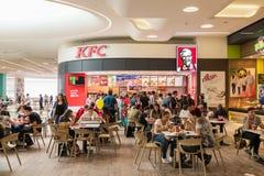 Povos que comem a comida rápida de Kentucky Fried Chicken Restaurant fotos de stock royalty free