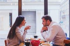 Povos que comem no restaurante fotos de stock royalty free