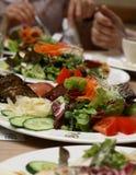 Povos que comem o alimento biológico saudável Fotografia de Stock Royalty Free