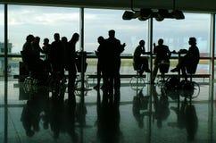 Povos que comem o café no terminal de aeroporto Imagens de Stock Royalty Free