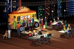 Povos que comem o taco no caminhão do taco na noite Foto de Stock