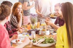 Povos que comem pratos orgânicos saudáveis Fotos de Stock Royalty Free