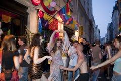 Povos que comemoram em barras alegres, Paris fotografia de stock royalty free