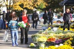 Povos que compram arranjos florais Fotografia de Stock Royalty Free