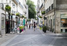 Povos que compram em croissant Nantes do DES Trois da rua imagem de stock