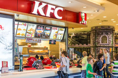 Povos que compram Fried Chicken At KFC local imagem de stock royalty free