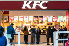 Povos que compram Kentucky Fried Chicken foto de stock