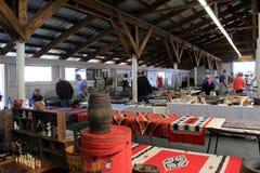 Povos que compram na feira da ladra anual, Washington County Fairgrounds, Greenwhich, NY, 2016 imagem de stock