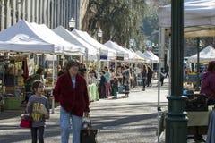 Povos que compram no mercado dos fazendeiros de Portland Imagens de Stock Royalty Free