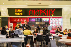 Povos que compram o alimento chinês Fotografia de Stock Royalty Free