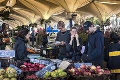 Povos que compram o fruto orgânico em mercados dos estúdios do Fox imagem de stock royalty free