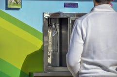 Povos que compram o leite fresco nas garrafas de vidro em San Vicente de la B fotos de stock