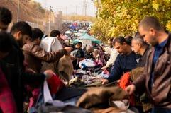 Povos que compram a roupa em Iraque Imagens de Stock
