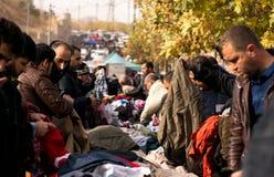 Povos que compram a roupa em Iraque Foto de Stock Royalty Free