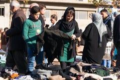 Povos que compram a roupa em Iraque Fotografia de Stock Royalty Free