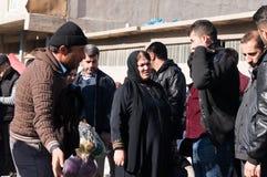 Povos que compram a roupa em Iraque Imagem de Stock
