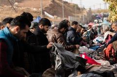 Povos que compram a roupa em Iraque Fotografia de Stock
