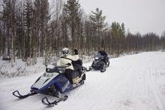 Povos que conduzem um carro de neve em Ruka em Lapland foto de stock royalty free