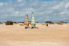 Povos que conduzem a vela da areia na praia Estão aprendendo e estão tendo o divertimento Corralejo, Fuerteventu Fotografia de Stock