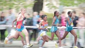 Povos que correm no meio evento da maratona vídeos de arquivo